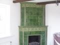 Камин для дома с зелеными изразцами