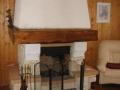 Открытый камин с деревянной полкой