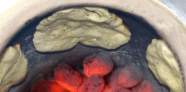 Процесс выпекания в тандыре