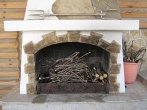 Облицовка камина в доме на даче