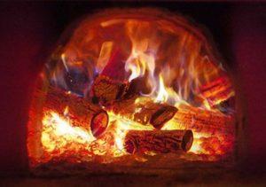горят дрова в топке