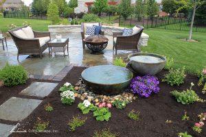 Патио, цветы и вода